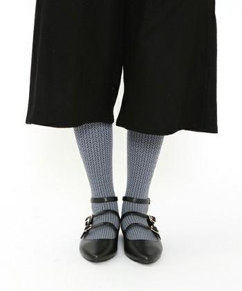 ヘリンボン柄のタイツ。柄タイツの中でも柄が細かいものは上品な印象なので、さりげなく履くことができます。