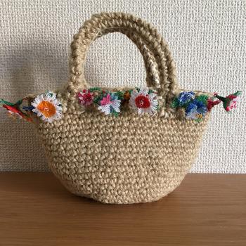 麻ひものかごバッグにたっぷりのお花をあしらって。 ハンドメイドの特別な一点もの。