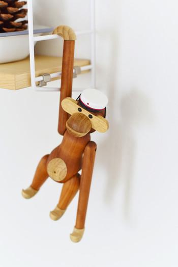 書棚のラックや収納棚から、木製のお人形をちょこっとぶら下げるのもかわいいですね。  リビングのインテリアでも活用できる、秋らしい小物使いですね。