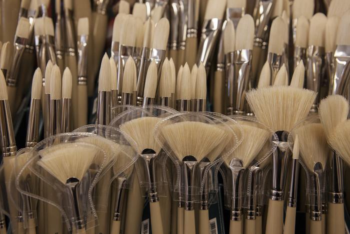 油絵用の筆は触ると硬くてゴワゴワしています。この硬い筆がたっぷりと絵の具をのせるのにぴったりなんです。多くは豚毛を使用していますが、描いているうちに筆先が磨耗してどんどん短くなっていきます。  筆先の形は、ラウンド、フィルバート、フラット、ブライト、アングルなど実に様々。扇型の「ファン」はぼかしをかけるのにぴったりな筆です。最初は「ラウンド」、「フィルバート」、「フラット」があると便利。お好みで色々な筆を試してみましょう。  また、ペインティングナイフは画面を盛り上げながら色を塗るときに便利。エッジの効いた塗り方や凹凸を生かした描き方にぴったりです。パレットナイフのようにパレット上に残った絵の具をお掃除するのにも使えます。