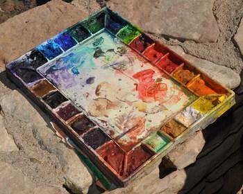 水彩絵の具は学童用の教材にも採用されているように、使いやすい上に入手しやすく、それでいて多彩な表現が可能な画材。 そんな水彩絵の具は、大きく分けると「透明水彩」と「不透明水彩(ガッシュ)」の二種類があります。どちらとも顔料とアラビアゴムを混ぜ合わせたもので、水で溶いて絵を描く画材です。