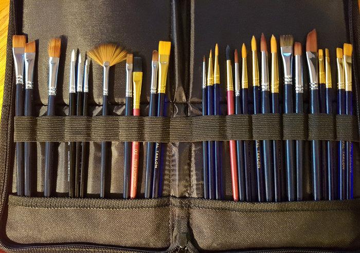 水彩絵の具用の筆は、柔らかく水含みの良いのが特長。絵の具と水をたっぷり保持して、制作を助けます。水彩用筆の最高級品は「コリンスキー」というイタチの仲間の毛を使ったもの。弾力性に優れ毛先がスッととがる、それでいて水の含みも◎。塗りと線描どちらもOKの汎用性の高い筆です。現在はセーブル(イタチ)の毛に似た性質を持たせたリセーブルなど人工毛の筆が多く出回っています。 普段使い用に選ぶなら、細かいところを描く「面相筆」、広い範囲を一気に塗れる「平筆」、抑揚をつけて色を載せやすい「彩色筆」のほか、より広い範囲を塗れる刷毛などがあると便利です。塗る場所によってこまめに持ち替えられるよう、使いやすい筆洗と筆立てもあると良いでしょう。