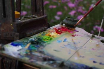 油絵の具は他にない重厚な表現が可能な画材。14~15世紀頃からヨーロッパを中心に広く使われ始め、多くの芸術家を支えてきました。色の元である「顔料」に「乾性油(空気に晒すとやがて硬化する油)」と樹脂を混ぜたものが油絵の具です。乾性油にはリンシードオイルやポピーオイルなど、性質の異なる油がたくさんあり、場合に応じて使い分けます。絵の具を厚くのせることが可能で、不透明で重厚な表現を持ち味にしています。  短所は、乾くまで時間がかかるのに、一度乾くと基本的には剥がせなくなること。パレットや筆は使ったらすぐ洗わないと使えなくなることも。また、油を使うので独特の「匂い」や「ゴミの処理」など、水彩絵の具にはない問題もついてまわります。