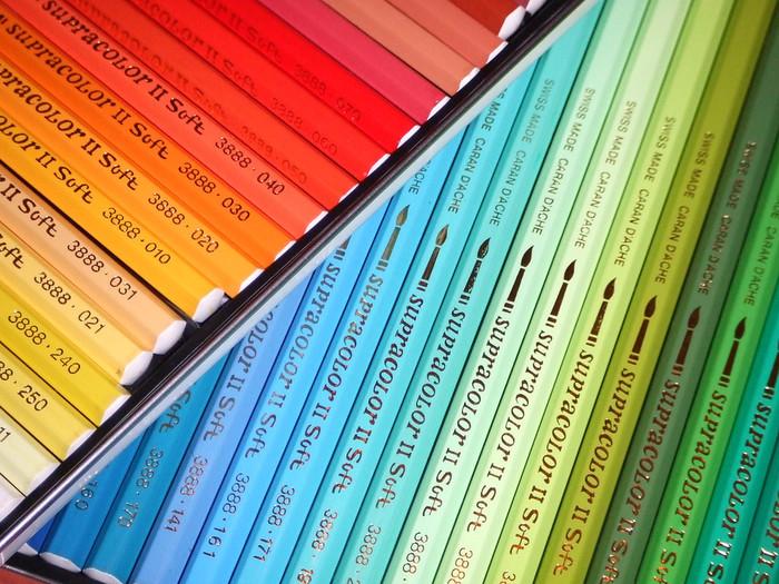 色鉛筆にはいくつか種類があります。 ワックスで固めた「油性色鉛筆」と、水に溶ける「水溶性色鉛筆」はそれぞれ軟筆と硬筆があり、また、パステルのように柔らかい芯のパステル色鉛筆もあります。  油性色鉛筆は揮発性油などで滲ませることができ、水溶性色鉛筆は水で滲ませることができます、パステル色鉛筆の場合は、擦筆という紙を巻いて鉛筆の形にしたものなどでぼかすことができます。  線での細やかな表現が得意な色鉛筆は小さな作品におすすめ。ポストカードサイズのスケッチブックと、お気に入りの色鉛筆をバッグに忍ばせて、休日クロッキーに出かけてみませんか?