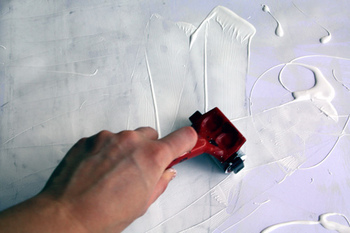 メディウムというのは、下地として使ったり、好きな色と混ぜて新しい質感を作ったりと、オプションとして使える画材です。 「セラミックスタッコ」はザラザラとした土壁のような表面を作ることができますし、「グロスメディウム」はつやを出します。 メディウムシリーズとともに売られている「ジェッソ」は白い絵の具の代わりとしても使えますが、下地材として使われることが多いです。ジェッソの下地は油絵の具にも有効なので、乾燥の早い下地材としても重宝されています。  絵以外にも、植木鉢や木材などを塗る際、先に白のジェッソで下塗りをすると透明度の高い色も綺麗にのりますよ。