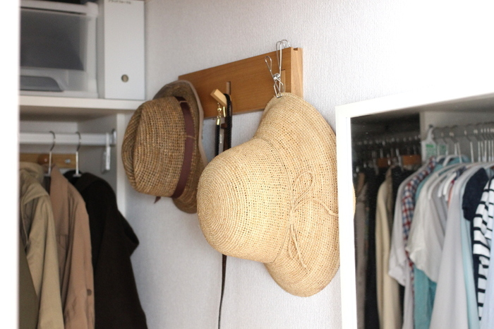 無印のひっかけるワイヤークリップはキッチンやバスルームでも大活躍ですが、実はクローゼットでも使いどころが多いアイテムなんです。つばが広い帽子は引っかけるのが難しいものですが、このクリップがあればきちんと収納できます。
