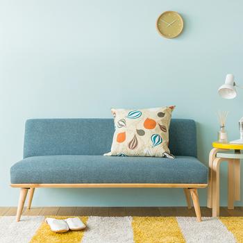 こんな明るいソファを置けば、お部屋のイメージもガラリと変わりそう。スタッキングのチェアも一人暮らしには便利なアイテムです。