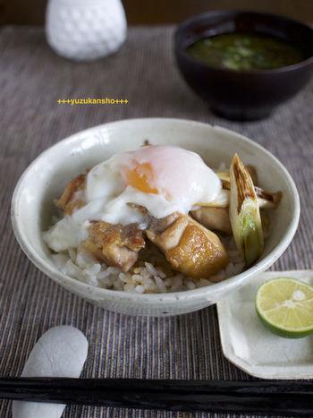 親子丼といっても、卵を割り下に溶かず、温泉卵にしてトッピングした一風変わったレシピ。卵を割って、とろりとあふれる卵黄を絡めるのも楽しみですね。すだちや七味で味をキュとしめても◎。