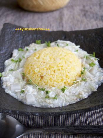 黄色いたまごチャーハンをお月様に見立てた、なんとも不思議な月見チャーハン。まわりの白い餡には、旬の里芋と鶏そぼろを使ってやさしい味に仕上がっています。