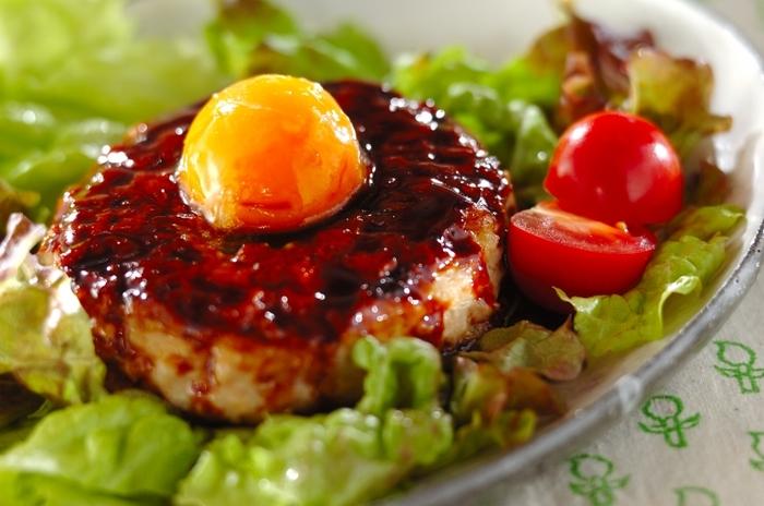 卵は冷凍させてから使用することでより濃厚に!ぷっくりした卵黄を、たれを絡めたつくねにトッピングしたお月見レシピです。とろり、というよりもどろりとした卵がジューシーなお肉によく合います♪