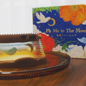 """幻想的な美しさを持った、福島県会津の長門屋の「Fly Me to The Moon」。""""羊羹ファンタジア""""と名付けられたこちらの羊羹は、ストーリー性の高いお菓子で、切るたびに絵柄が変わっていきます。止まっていた小鳥が徐々に羽ばたいて、三日月が満月に変わっていくという不思議を体験することができます。"""
