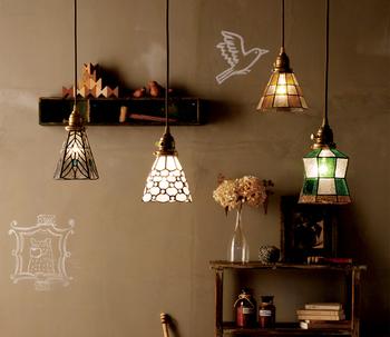 キッチンに合わせて色柄を選べるステンドグラスペンダントライト。アンティークな家具や雑貨と合わせたいですね。