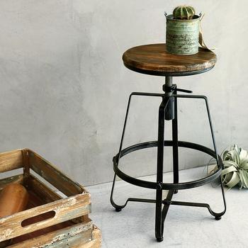 エイジング加工で味わいのあるスツールは来客用として◎いつもは植物やお気に入りの雑貨を飾ってキッチンの雰囲気作りに。