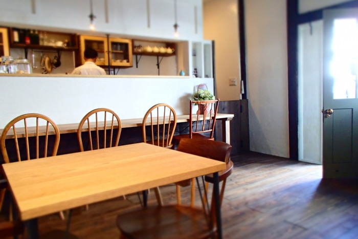 信州の家具職人が手掛けたという店内の空間は、スッキリとしたシンプルな造りでありながら木の温もりが感じられる落ち着いた雰囲気です。