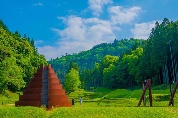 緑豊かな奈良県宇陀市にある「室生山上公園芸術の森(むろうさんじょうこうえんげいじゅつのもり)」。自然環境と調和したアート作品が楽しめる公園で、室生出身の彫刻家・井上武吉氏の構想を、イスラエルの彫刻家、ダニ・カラヴァン氏が形にしました。