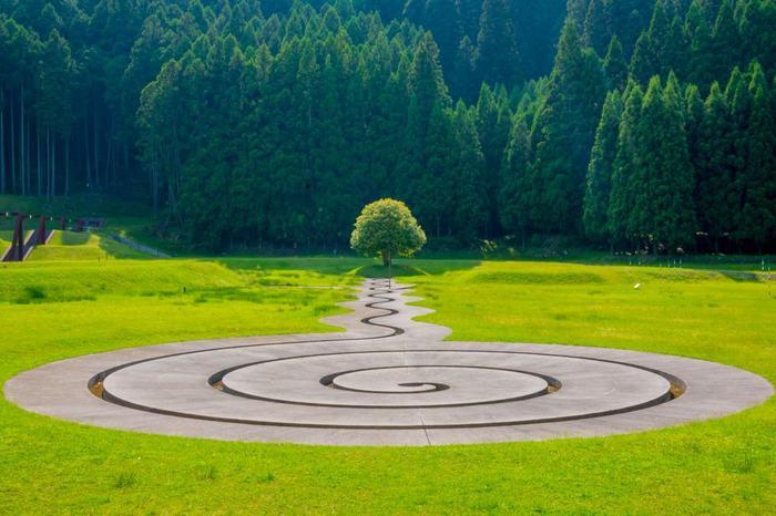 優しい曲線の先にぽつんと佇む一本の木が印象的な「螺旋の水路」。作品全体が入る構図で撮れば、豊かな緑もしっかりとおさまり、まるでポストカードのような一枚に。