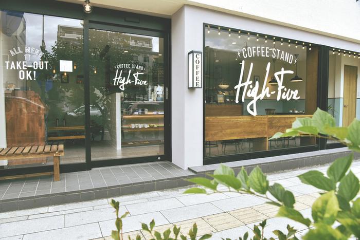 松本市深志にあるコーヒーショップ「High-Five COFFEE STAND」。 ガラス張りでメンズライクな印象の外観は海外のカフェをおもわせるようなおしゃれな佇まい。