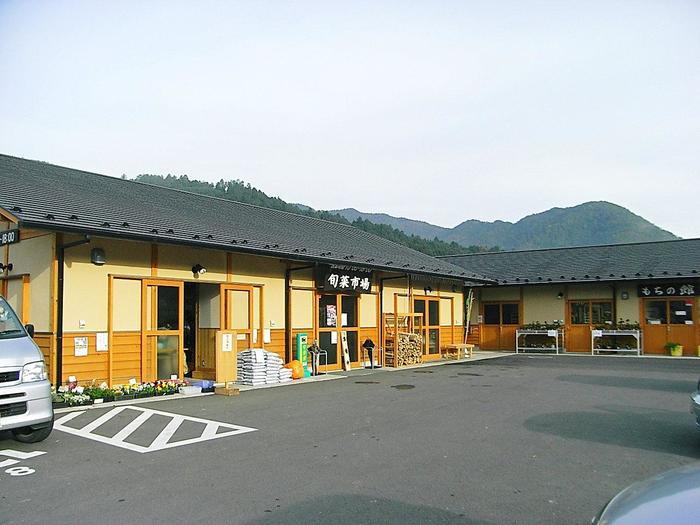 「里の駅 大原」は、大原や近郊で採れる旬の野菜や加工品、弁当等などを販売する大原の道の駅。施設内には、地元の食材を使った料理が頂ける食事処や餅工房が併設されています。毎週日曜日の早朝から開催される「大原ふれあい朝市」は、京都府内でもよく知られる人気の朝市で、毎週多くの人で賑わいます。