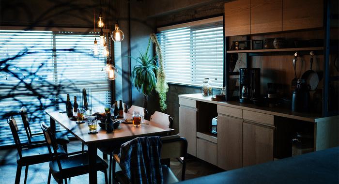 オープンシェルフにお気に入りの食器や雑貨を並べるだけでカフェ風スタイルに。厳選されたキッチン道具が丁寧に並べられた使い勝手の良いキッチンは、疲れにくく料理がはかどります。
