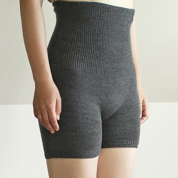 お尻から腰周りをしっかりとあたためてくれる、腹巻パンツ。内側はシルク、外側はウールで作られています。蒸れにくく、夏場のインナーとして大活躍してくれそう♪