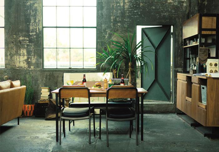 木目の美しいウォールナット材のキッチンボード。洗練されたスッキリとした型ですが、ブルックリンカフェによく合うインダストリアルな雰囲気も併せ持っています。ダイニングセットのテイストを揃えることで一体感が生まれます。