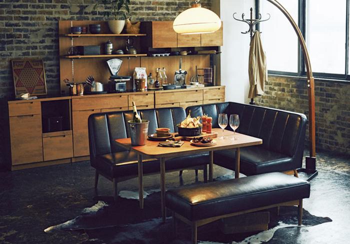 カフェ風インテリアでここ数年人気なのは、古き良きヴィンテージ風インテリアを取り入れたモダンテイストが素敵なブルックリンスタイル。レンガとこっくりと渋めの色合いの木製家具やレザーがよく似合います。