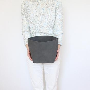帆布の淡い色合いがかわいい、袋状の収納。しっかりとした素材と丁寧な縫製で、くたっとすることなく自立してくれるから、場所を選ばず使えます。サイズも豊富な上、使わない時はたたんで収納できるのもGOOD!