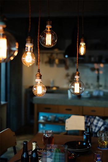 型の違う裸電球をいくつも連ねて。ふんわり柔らかな光の重なりがカフェっぽい雰囲気に。いつまでもまったり過ごせそうですね。エジソンのカーボン電球の復刻版が素敵です。
