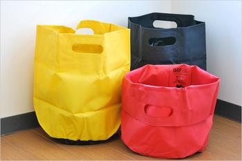 ありそうでなかった、防水シート製の収納バッグ。室内の収納はもちろん、車庫やトランク、アウトドアシーンの収納としても使える、とってもタフなバッグです。カラフルな色合いなので、1つ置くだけでお部屋が一気に明るくなります。