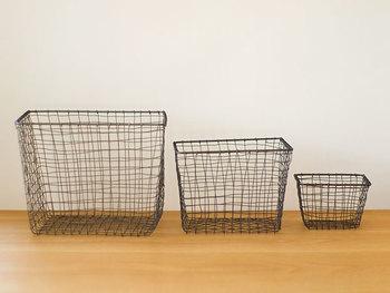 空っぽのまま床に置くだけでも絵になる、ハンドメイドの風合いが味わい深いスチール製のバスケット。何を入れてもカッコイイ雰囲気を作ってくれる上、場所を選ばず使えるのも◎