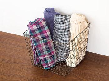 大きさはS・M・Lの3種類。ナプキンやクロス、ブランケットやバスマットなど、それぞれの大きさに合わせた布製品を収納するのがオススメ。立ててストックすれば、まるでオシャレな雑貨店のような雰囲気になりますよ。