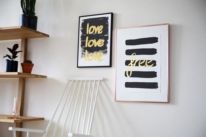 何もないシンプルな壁も、場合によっていは少し寂しい印象になってしまいます。グラフィックポスターを飾るだけで、まるでギャラリーのようなアートな雰囲気に。