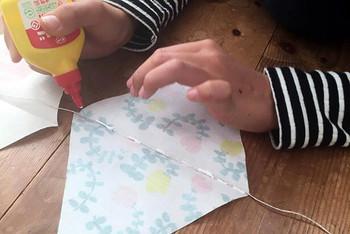 2.紐とボンドをつけて乾いたら完成!お子さんと一緒に作っても楽しめますよ。