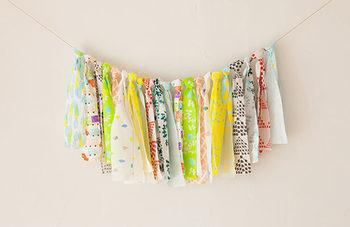 布のはぎれを使ったガーランド。細長くカットした布を紐に結ぶだけなのでとっても簡単!いろんな布を使うとカラフルな仕上がりになります♪