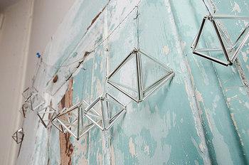 フィンランドの伝統装飾「ヒンメリ」を使ったガーランド。金属の輝きがお部屋をスタイリッシュに彩ってくれます。