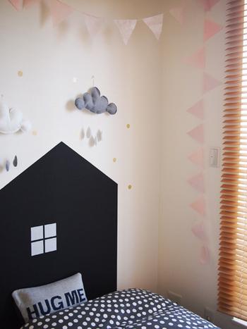淡いピンクのガーランドを子供部屋に。横以外にも、あえて下に垂らすように飾ることでフラットな壁に立体感が生まれますね。