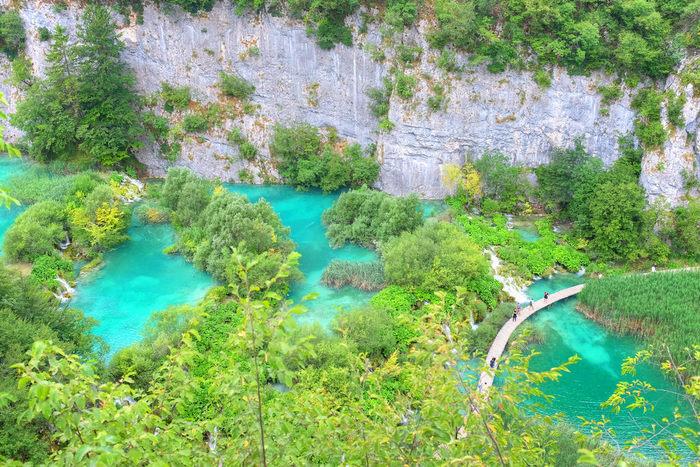 192平方キロメートルもの広大な敷地を誇るプリトヴィツェ湖群国立公園は、クロアチアの隣国・ボスニア・ヘルツェゴビナとの国境近い場所に位置する国立公園で、クロアチア最大の観光地です。