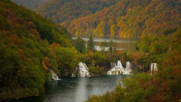 プリトヴィツェ湖群国立公園では、秋になると樹々が鮮やかに色付きます。紅葉したプリトヴィツェ湖群国立公園は、まるで公園全体が錦をまとったような美しさです。