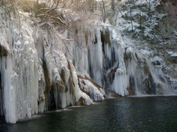 冬になるとプリトヴィツェ湖群国立公園は趣を変えます。92の滝は、氷瀑へと変貌し、夏とは異なる幻想的な姿となります。
