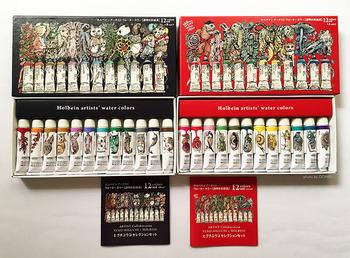 一から道具を揃えるなら、おすすめは「ホルベイン透明水彩」。色数が豊富で取扱店舗も多く、水彩用のメディウム類(マスキング液なども含め)も種類豊富。ユーザーの数も多いので情報交換もしやすい絵の具です。おまけにお値段も比較的安価。最初は12色などのセットで揃えて、好みの色を一色ずつ買い足すスタイルがおすすめです。  画像はイラストレーター・ヒグチユウコさんとコラボしたホルベイン水彩絵の具のセット。 箱を眺めているだけでアーティスティックな気持ちになれそうです。
