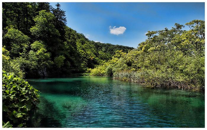 プリトヴィツェ湖群国立公園最大のみどころは、大小16に及ぶ美しい湖です。抜群の透明度を誇る水は、陽射しを浴びてエメラルドグリーンに輝き、周囲の自然と調和して素晴らしい景観美を作り出しています。