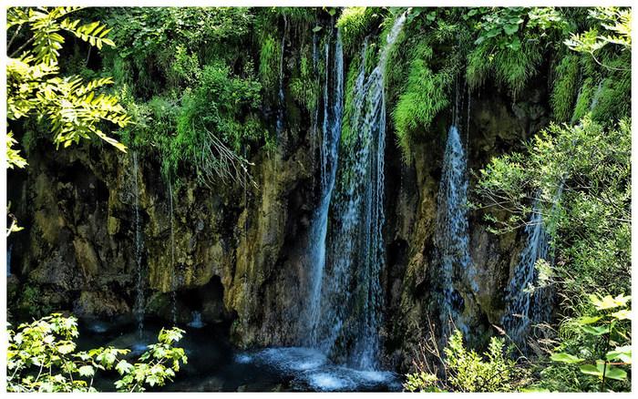 プリトヴィツェ湖群国立公園を構成する92の滝は、様々な種類があります。苔むした岩肌と断崖を撫でるようにやさしく流れる滝が見事に融和した景色は、一枚の絵画のようです。