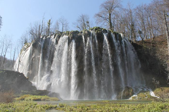 圧倒的な水量、滝幅、落差を誇る滝が滝口から一気に流れ落ちる様はダイナミックで迫力満点です。