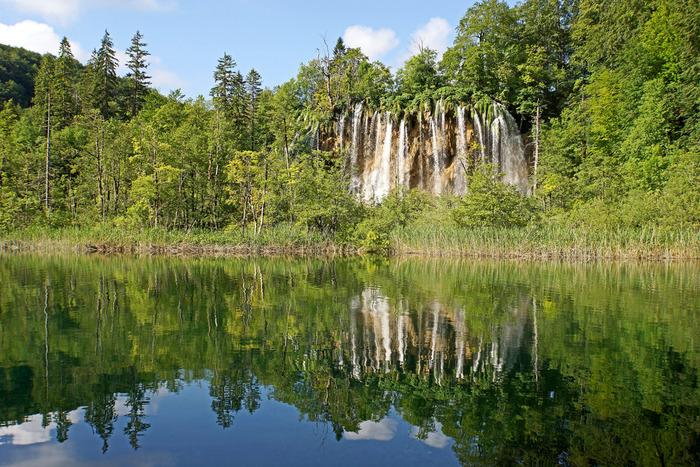 しんと静かな湖面はまるで鏡のようです。波ひとつない湖の水面が、周囲の景色を鏡のように映しだすさまは神秘的でいつまで眺めていても飽きることはありません。