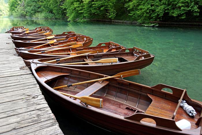 プリトヴィツェ湖群国立公園には手漕ぎボートも用意されています。ボートに乗って遊歩道からとは異なる景色を堪能してみるのもおすすめです。