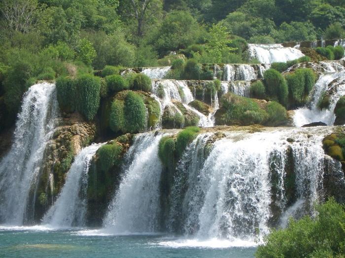 幾重にも折り重なる階段状の岩壁を、滑るように流れ落ちる水は雄大で、大自然の美しさと同時に畏怖さえも感じます。
