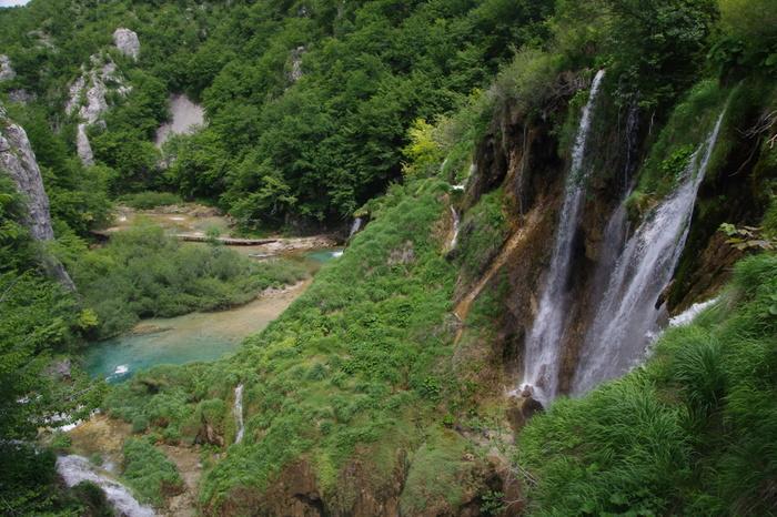 プリトヴィツェ湖群国立公園の滝群は、どこから見ても絵になります。展望台から臨む滝と渓谷が織りなす景色は絶景そのものです。