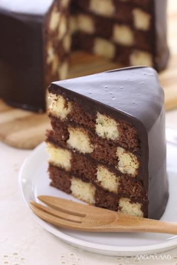 """一見すると普通のケーキに見えますが…切ってみると思わず「わぁ~!」と声をあげてしまうチェッカー柄の可愛らしいケーキ「サンセバスチャン」。フランスとスペインの国境近くにあるバスク地方の高級リゾート地サン・セバスチャンに魅せられたフランス人が、美しい街並みの""""石畳""""を模して作ったことが由来とされています。今回は、「サンセバスチャン」の作り方をご紹介します。"""