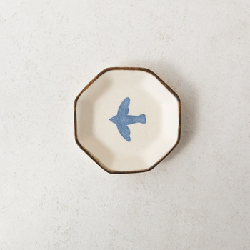続いてご紹介するのは、かとうようこさん。こちらは「豆皿-トリ青」です。温もりのあるシンプルなデザインで、乗せるものを選びません。ふだん使いにもぴったりです。
