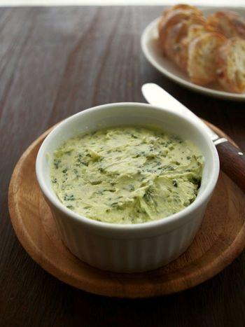 玉ねぎ、パセリ、レモン汁を練りこんだ、給仕長のバターという名の美味しいバター。肉や魚が熱いうちに添えて、トロリと溶けたら食べごろです。